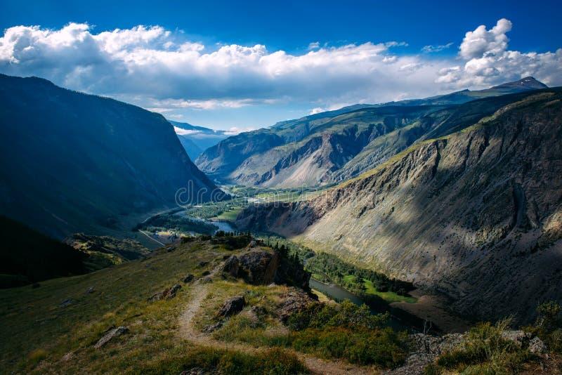 Красивый ландшафт природы, изумляя горный вид Любимое живописное место для перевала Katu-Yaryk туристов, положения Altai стоковая фотография rf