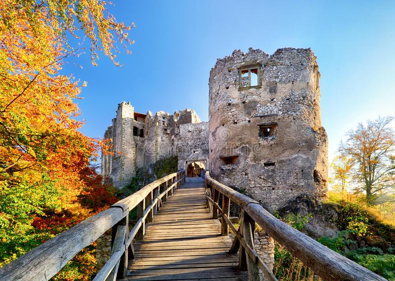 Красивый ландшафт Словакии на осени с руинами замка Uhrovec на заходе солнца стоковое фото