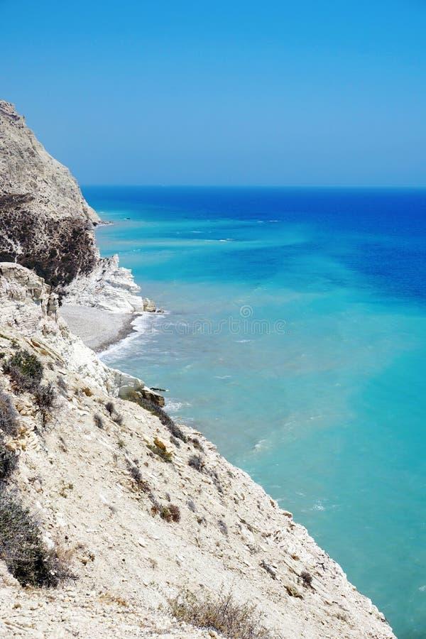 Красивый ландшафт с голубым ясным небом и белыми скалами на береге Средиземного моря стоковое изображение