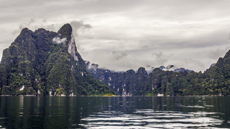 Красивый ландшафт с деревьями и туманом гор предпосылки и привлекательности неба реки и естественных в фронте на запруде Таиланде стоковые фото