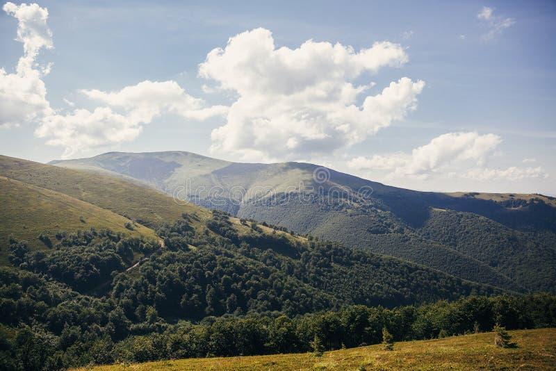 Красивый ландшафт холма гор с голубым небом и облаками Ama стоковое изображение
