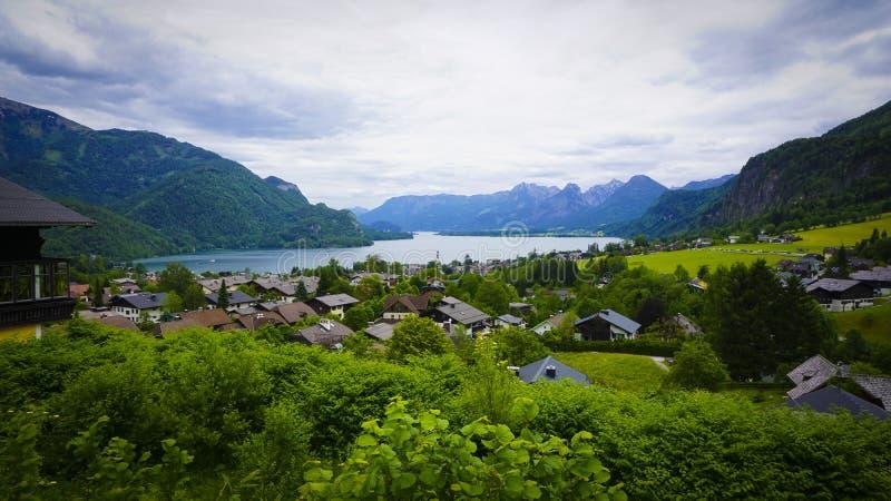 Красивый ландшафт Aps с зелеными горами, долиной и лесом стоковое изображение