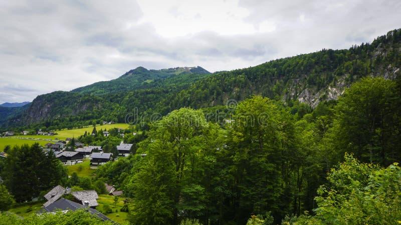 Красивый ландшафт Aps с зелеными горами, долиной и лесом стоковое фото rf