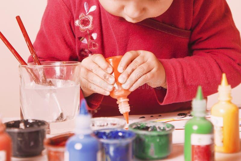 Красивый маленький ребёнок рисует postmodernis красок изображения стоковое фото