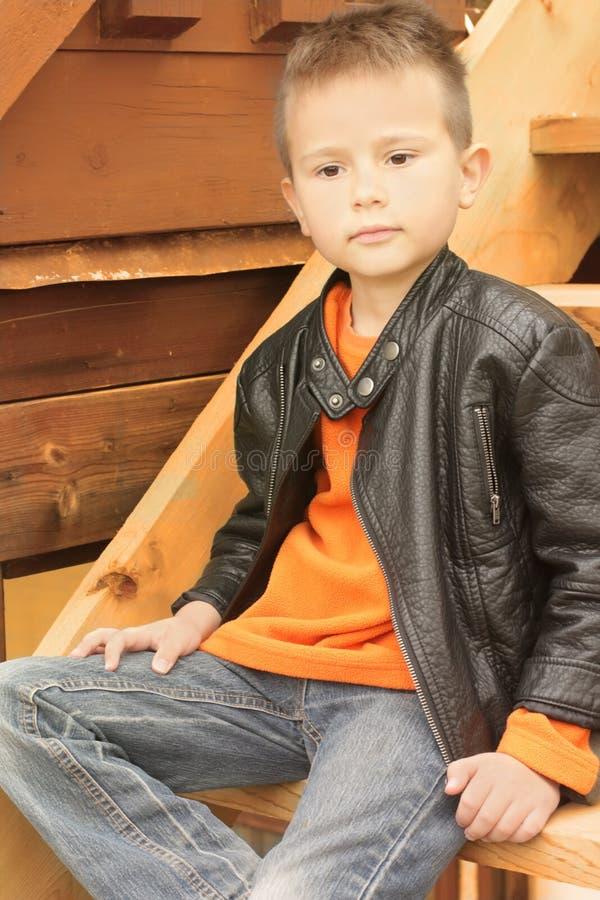 Красивый мальчик в кожаном пальто стоковое изображение rf