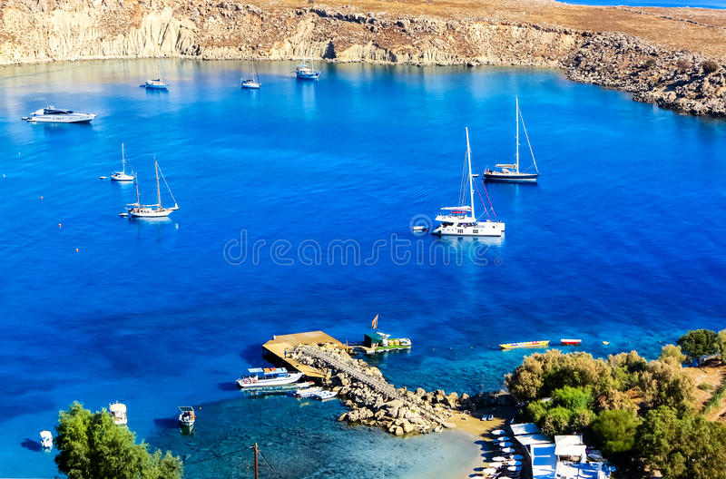 Красивый малый порт закрытый для захода St Paul под утесами акрополя Lindos, острова Родоса, Греции стоковые изображения rf