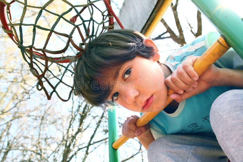 Красивый мальчик на спортивной площадке баскетбола стоковые изображения