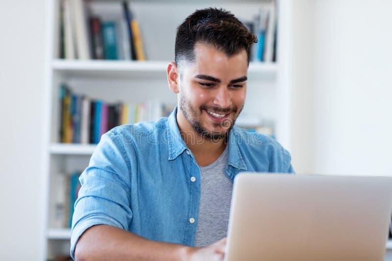 Красивый мексиканский человек хипстера на работе с ноутбуком стоковое изображение rf