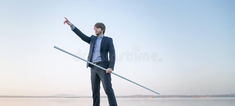 Красивый менеджер держа длинную ручку стоковое изображение