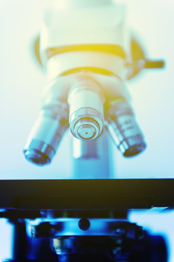 Красивый микроскоп в интерьере больницы или лаборатории стоковая фотография