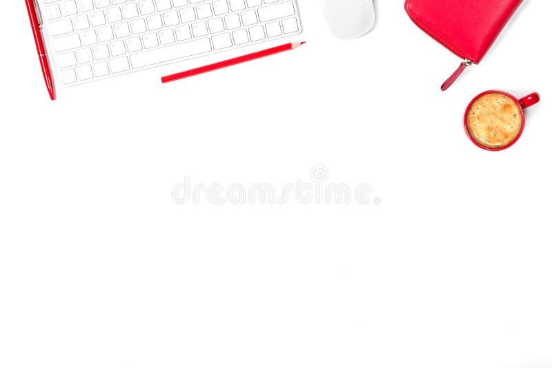 Красивый минимальный модель-макет в красных и белых цветах Современная клавиатура, мышь, карандаш, ручка, малая чашка кофе и порт стоковые изображения rf