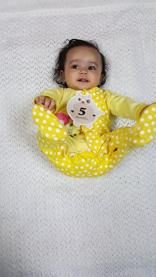 Красивый младенец играя с биркой 5 месяцев стоковая фотография