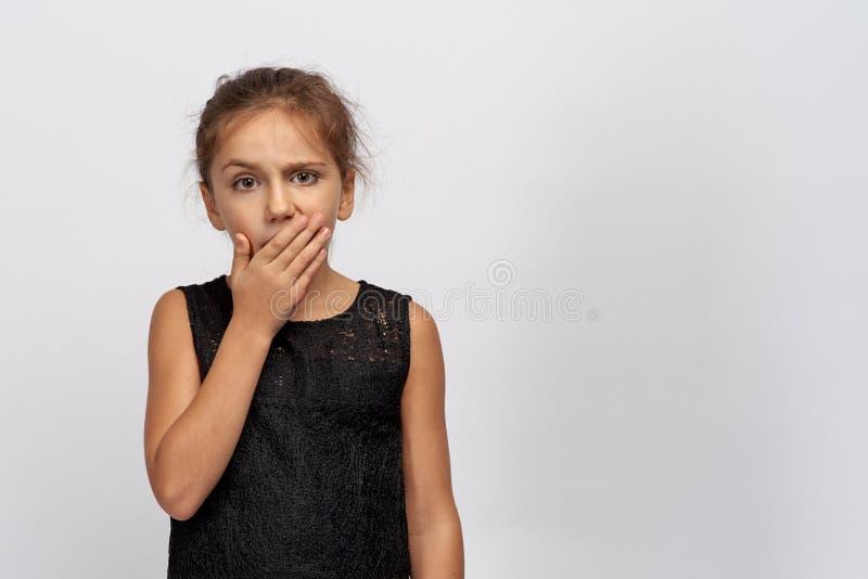 Красивый младенец показывает в камере скуки и тоскливости Девушка докучала много домашним урокам, крошечным зевкам стоковые изображения
