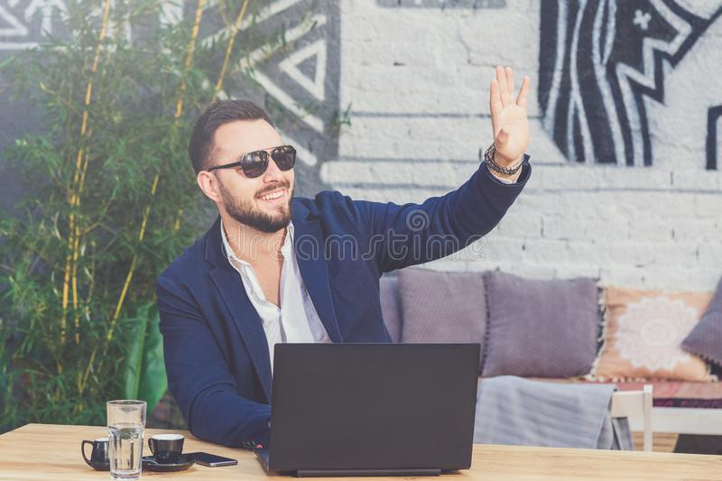 Красивый модный фрилансер прося проверяет внутри кофейню стоковое изображение