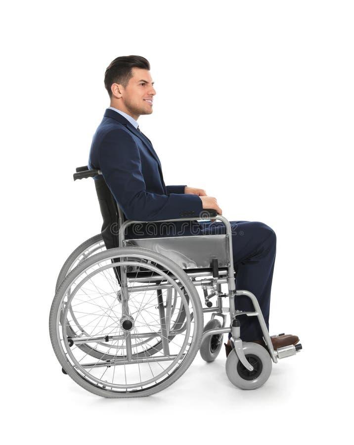 Красивый молодой бизнесмен в изолированной кресло-коляске стоковые изображения rf