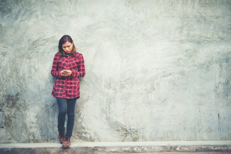Красивый молодой битник стоя говорить на изолированном smartphone стоковые фото