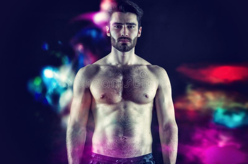 Красивый молодой мышечный человек без рубашки стоковые фото