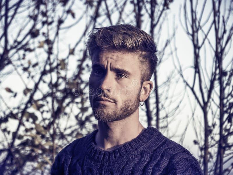 Красивый молодой человек внешний в моде зимы стоковое изображение rf