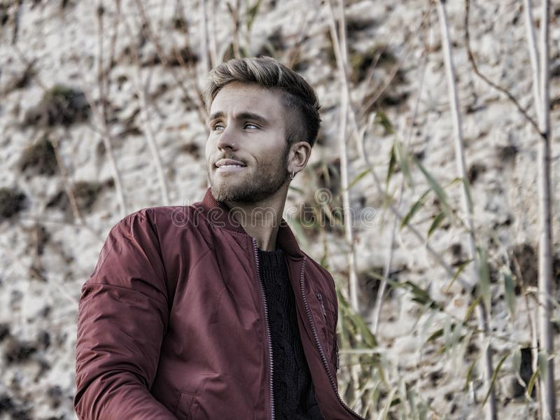Красивый молодой человек внешний в моде зимы стоковые фотографии rf