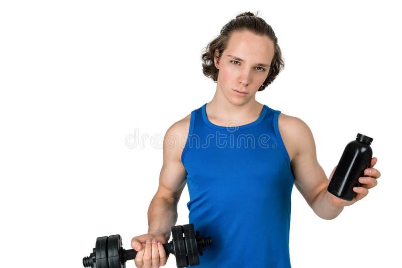 Красивый молодой человек в гантели голубой рубашки поднимаясь Белая изолированная предпосылка стоковая фотография