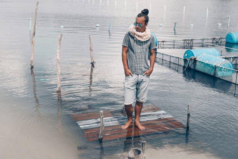 Красивый молодой человек в джинсовой ткани замыкает накоротко outdoors стоковые фото