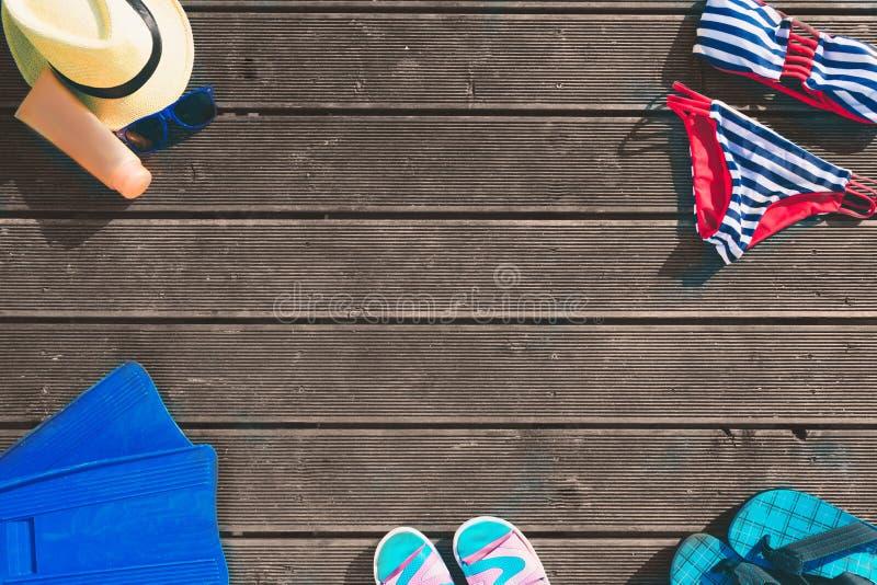 Красивый молодой человек лежа в гамаке на солнечном пляже океаном стоковая фотография