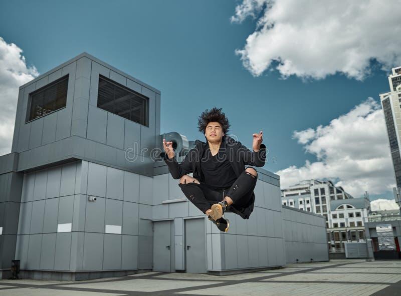 Красивый молодой человек, медитирующий в воздухе стоковые фото