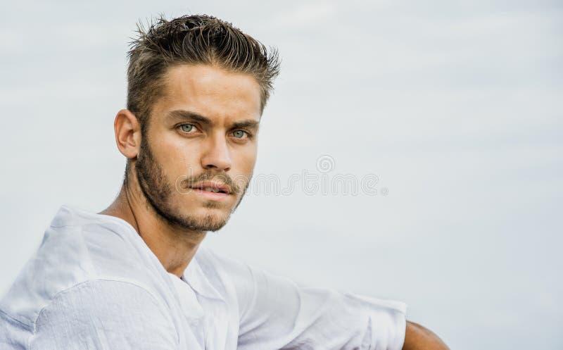 Красивый молодой человек на взморье в летнем дне стоковая фотография rf