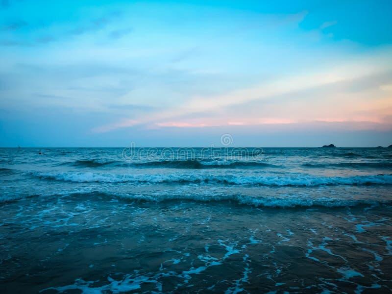 Красивый моря на времени захода солнца стоковое фото
