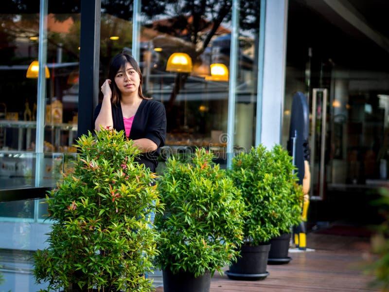 Красивый молодой азиат - китайская женщина думая на террасе стоковая фотография