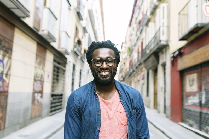 Красивый молодой африканский человек на улице стоковые изображения