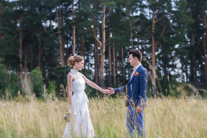 Красивый молодой жених и невеста стоковая фотография rf