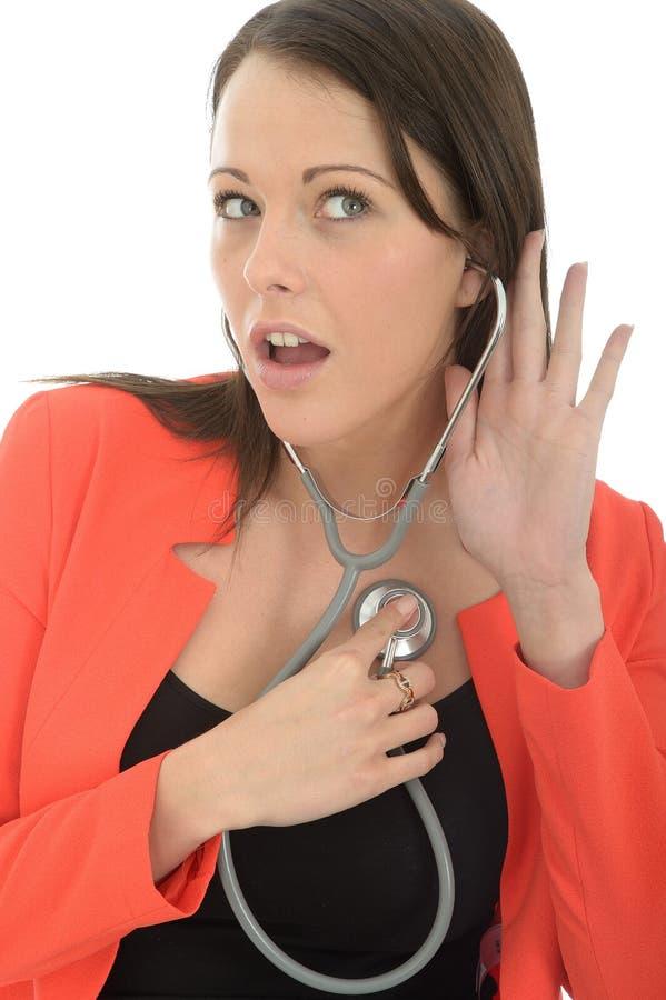 Красивый молодой женский доктор С Стетоскоп Listening к биению сердца стоковые изображения