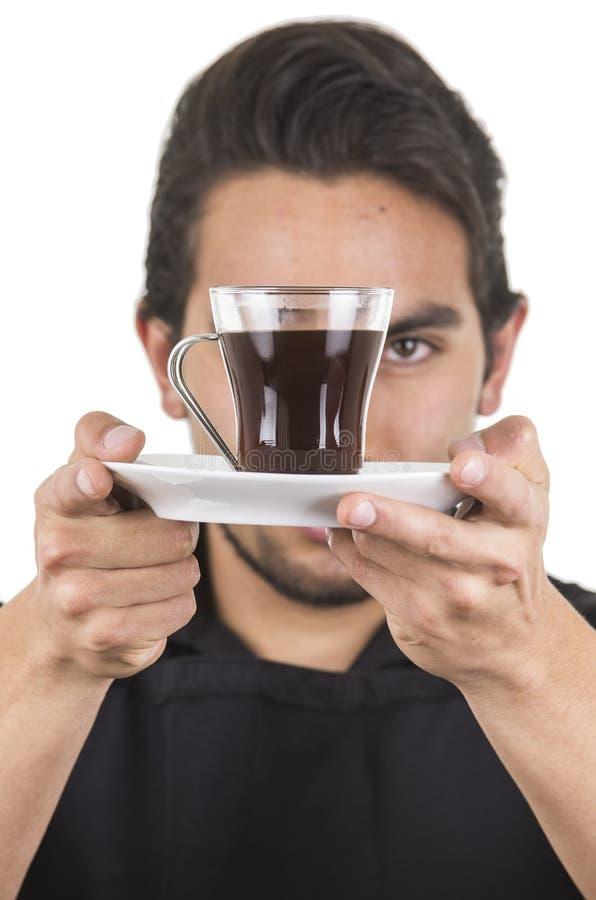 Красивый молодой мужской шеф-повар нося черную рисберму стоковые изображения rf