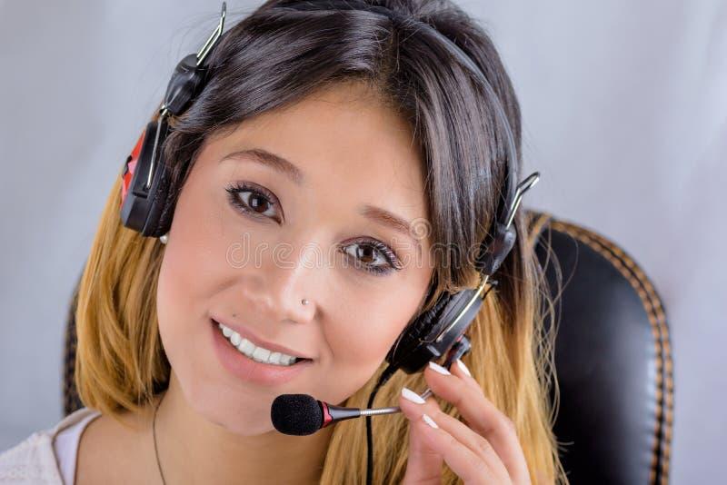 Красивый молодой оператор центра телефонного обслуживания на белой предпосылке стоковое изображение
