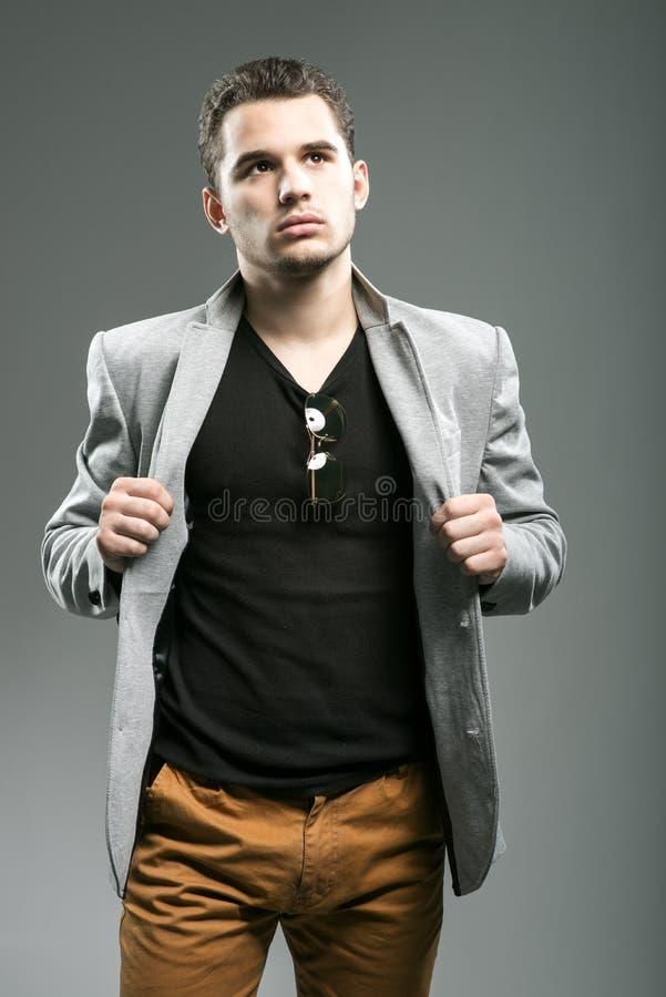 Красивый молодой представлять бизнесмена стоковое изображение
