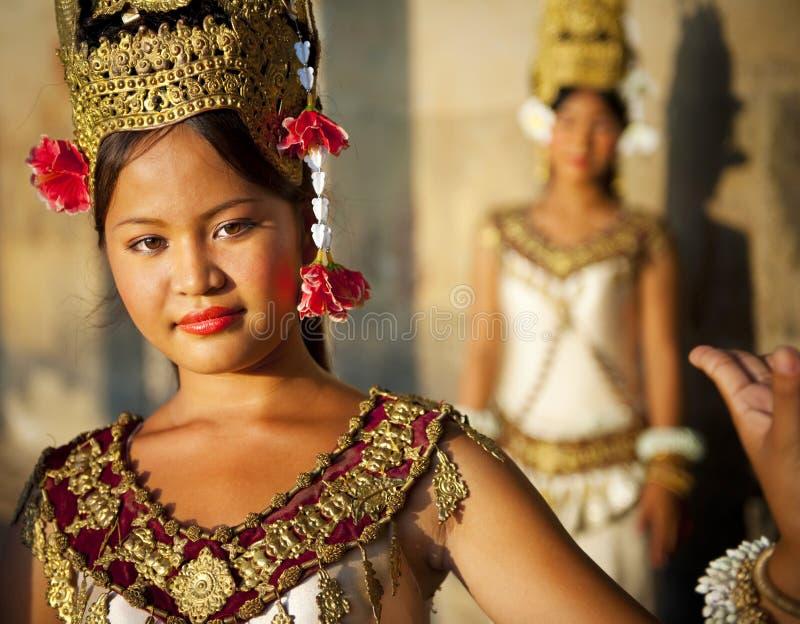 Красивый молодой танцор представляя для изображения стоковое изображение