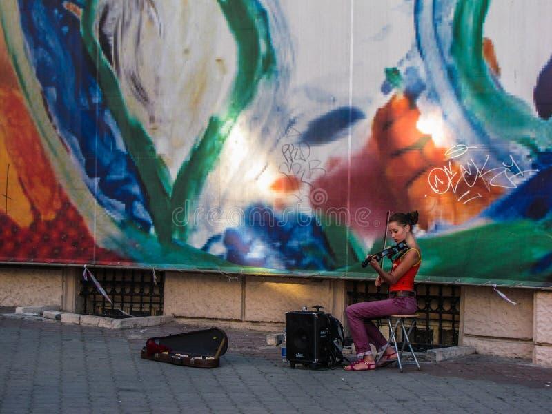 Красивый молодой украинский музыкант улицы девушки стоковые фотографии rf