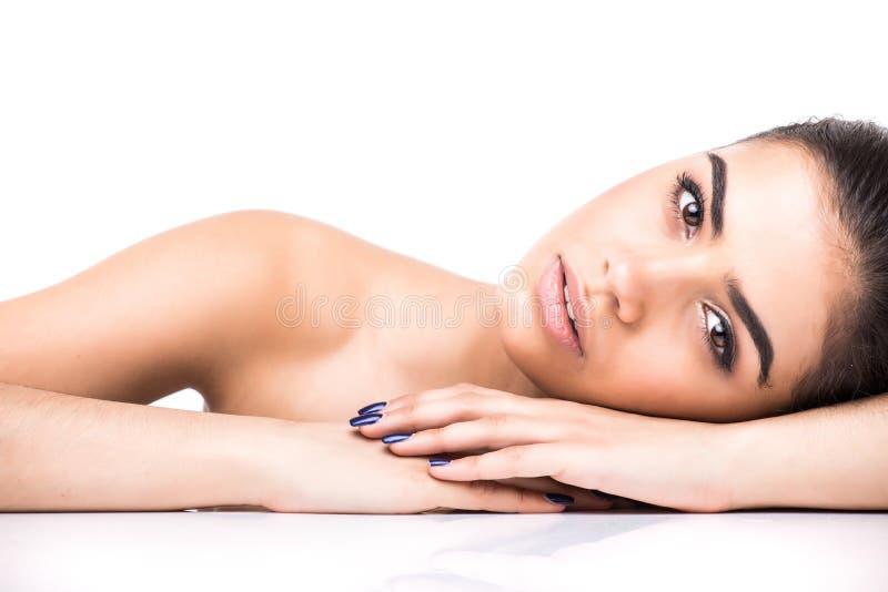 Красивый молодой усмехаясь latina лежа на белизне Кожа, косметология стоковая фотография rf