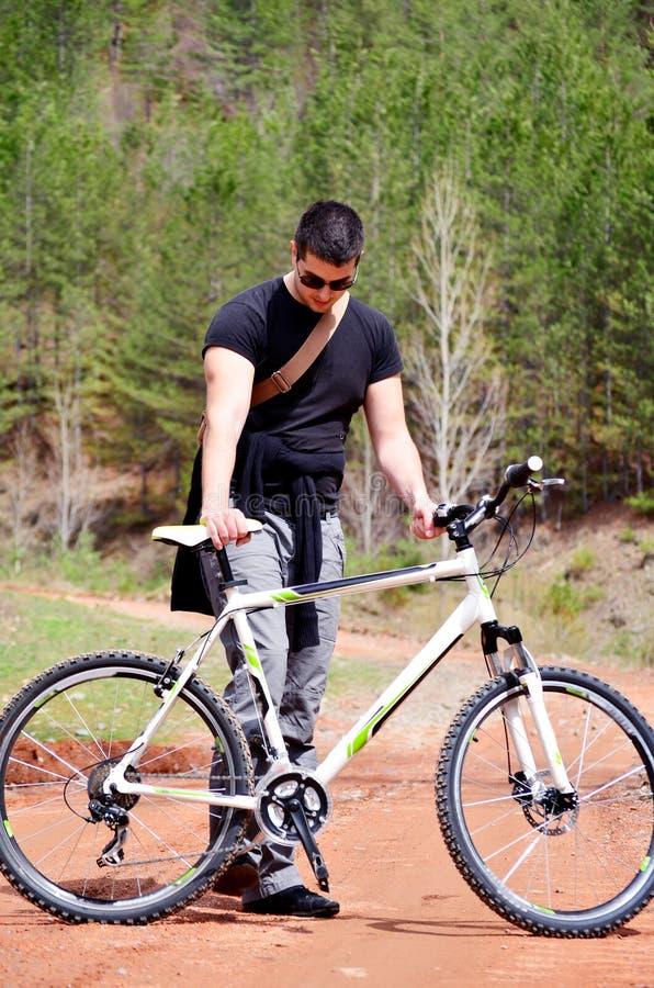 Красивый молодой человек велосипед в горе стоковая фотография rf