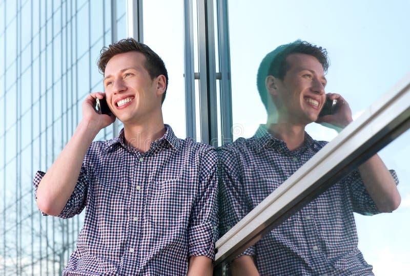 Красивый молодой человек вызывая на мобильном телефоне outdoors стоковые изображения