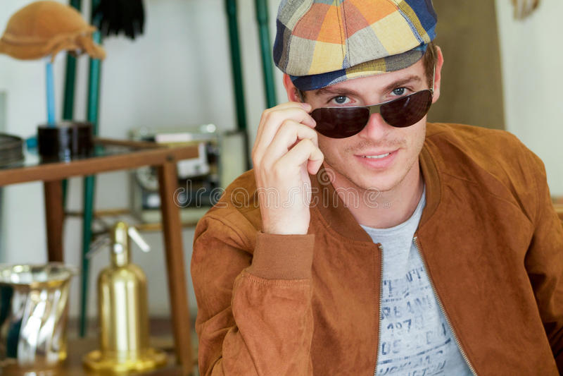 Красивый молодой человек в винтажной одежде стоковые изображения
