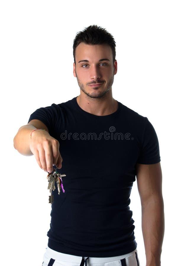 Красивый молодой человек держа пук ключей стоковые фотографии rf