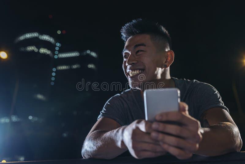 Красивый молодой человек используя его чернь стоковые изображения