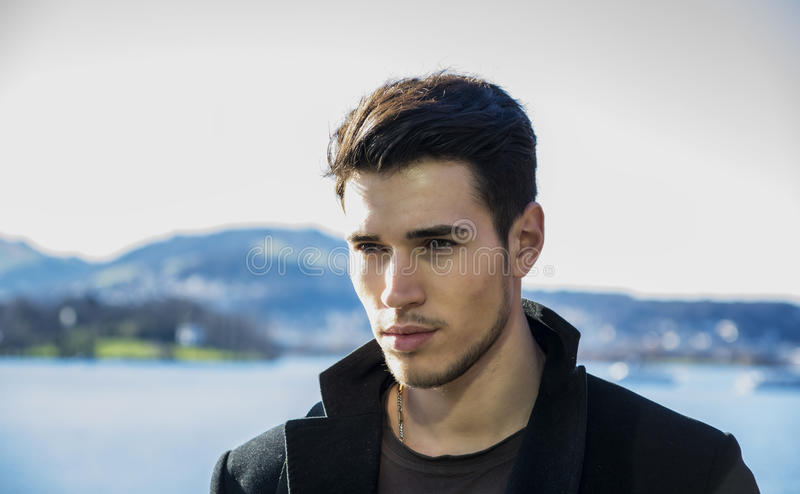 Красивый молодой человек на береге озера Luzern стоковые фото