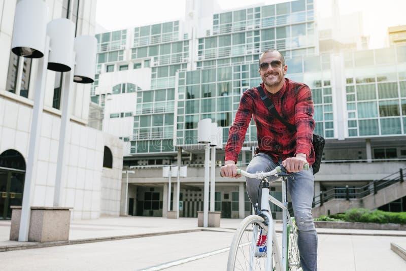Красивый молодой человек на велосипеде в городе стоковая фотография