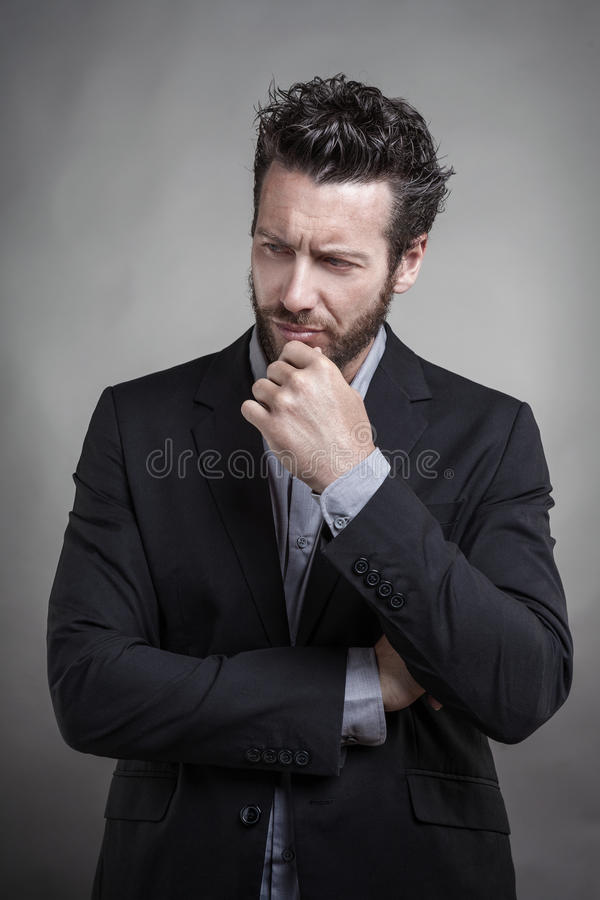 Красивый молодой человек нося серый костюм стоковая фотография