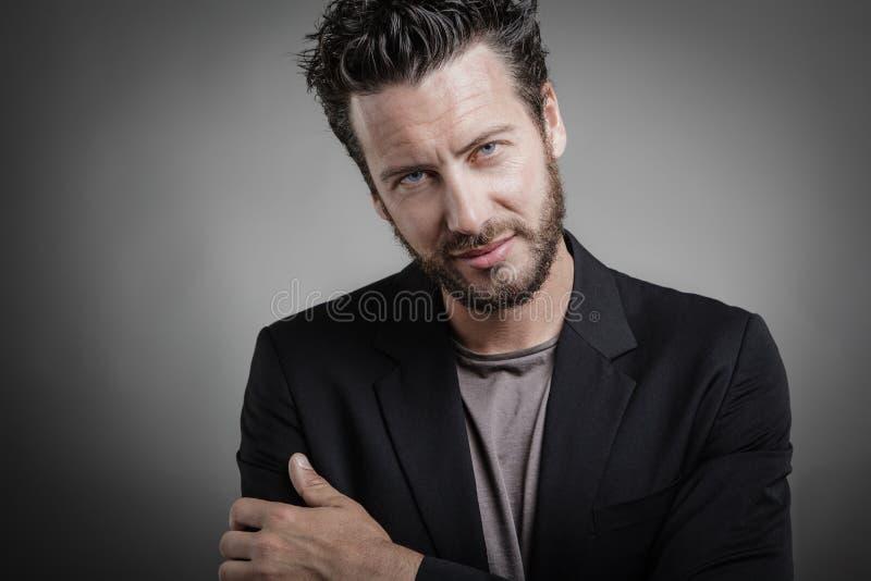 Красивый молодой человек нося серый костюм стоковые фото