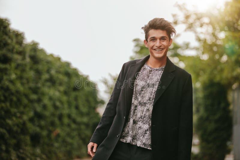 Красивый молодой человек стоя outdoors стоковое изображение