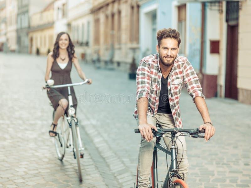 Красивый молодой человек с голубыми глазами на велосипеде стоковые фото